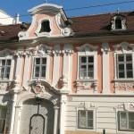 So schöne Fassaden finden sich in der Penzinger Straße in der Nähe des Max-Reinhard-Seminars. Schade, dass die Pracht nicht lange erhalten bleiben wird!