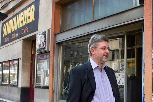 Eugen Reichl vor dem Schikaneder in Wien