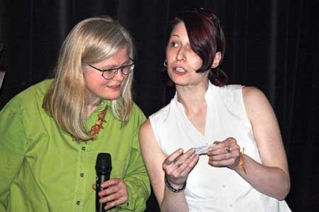 SuperNova-Sendungsmacherin Denise Lorenz (rechts) zieht die Gewinner